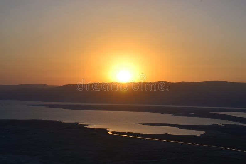 Salida del sol hermosa sobre la fortaleza de Masada Ruinas del palacio de rey Herod en el desierto de Judean, Israel imagen de archivo libre de regalías