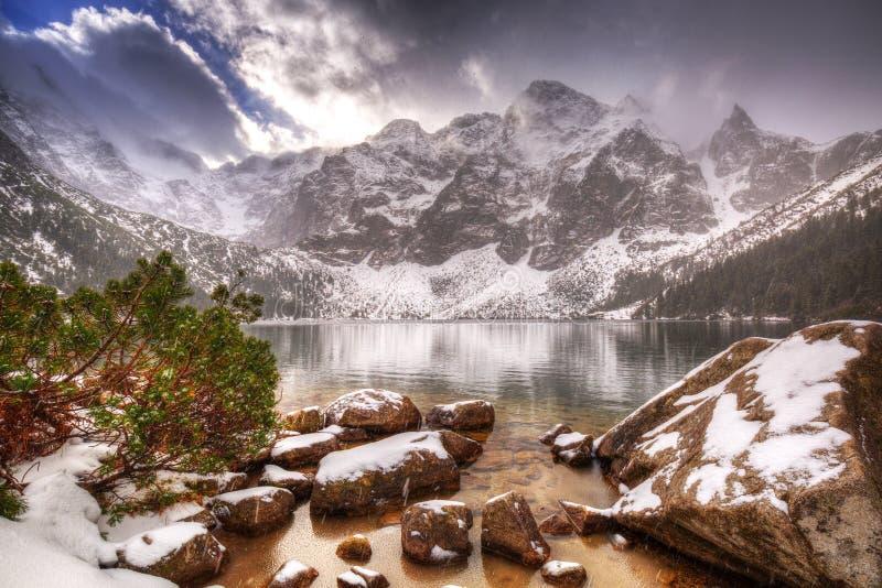 Salida del sol hermosa sobre las montañas de Tatra en invierno, foto de archivo libre de regalías