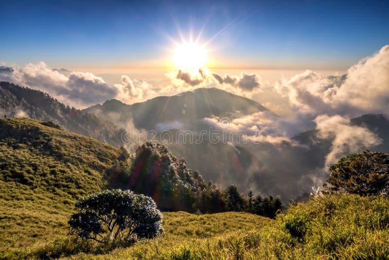Salida del sol hermosa sobre las montañas en Hehuanshan, Taiwán imagenes de archivo