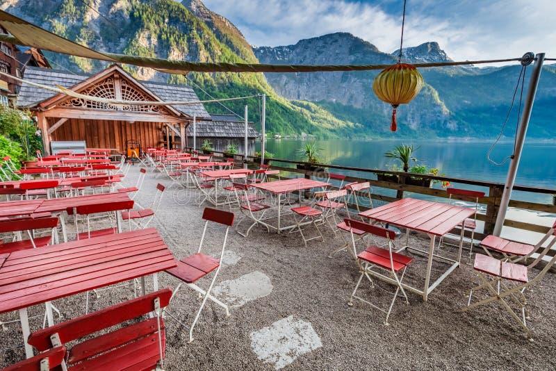 Salida del sol hermosa sobre un lago en el restaurante de Hallstatt, montañas, Austria imagen de archivo libre de regalías