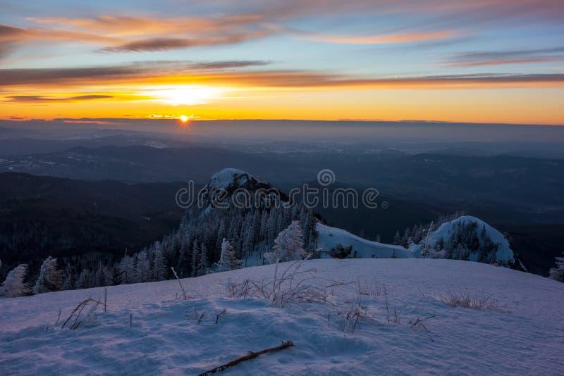 Salida del sol hermosa vista del soporte Cozia imágenes de archivo libres de regalías