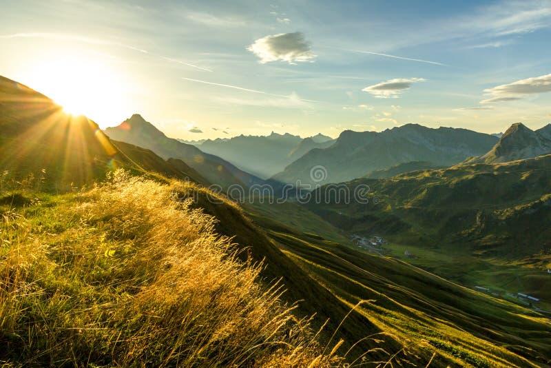 Salida del sol hermosa y siluetas acodadas de la montaña en madrugada Montañas de Lechtal y de Allgau, Baviera y Austria fotografía de archivo libre de regalías