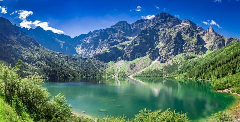 Salida del sol imponente en el lago en las montañas de Tatra en verano imagenes de archivo