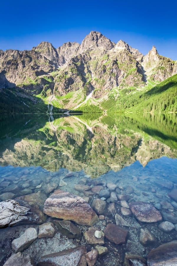 Salida del sol imponente en el lago en las montañas de Tatra, Polonia fotos de archivo libres de regalías
