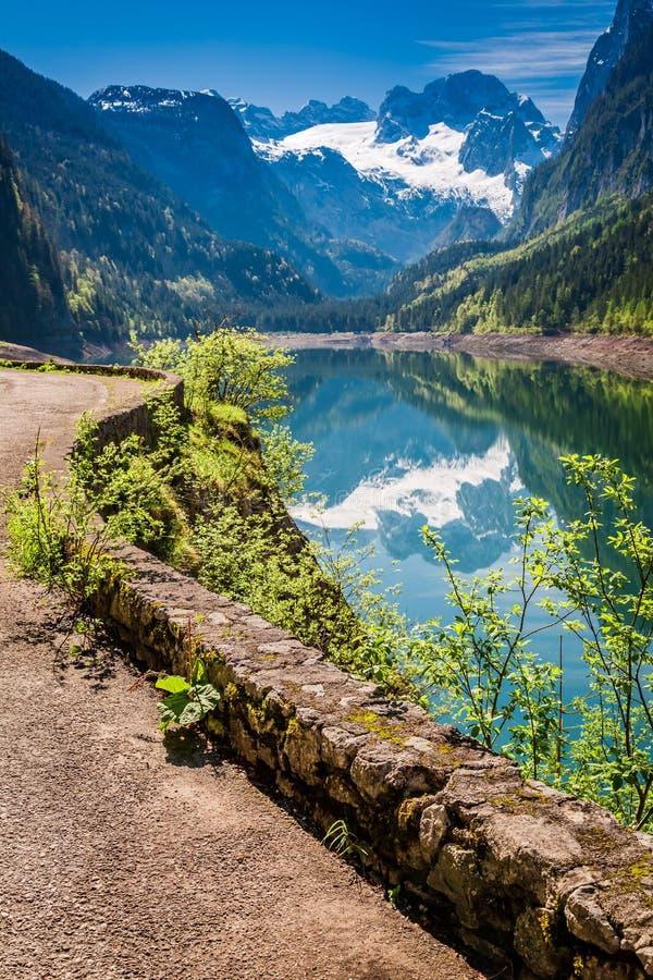 Salida del sol imponente en el lago Gosausee en Gosau, montañas, Austria imagenes de archivo