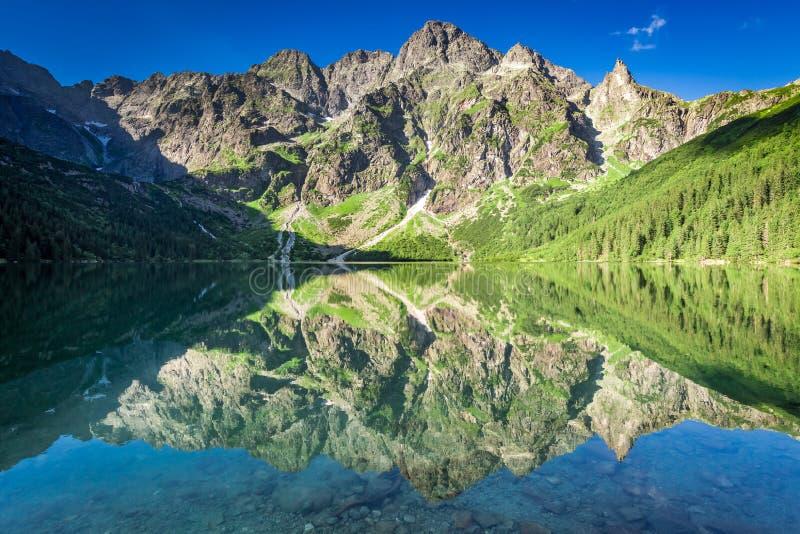 Salida del sol imponente en el lago en las montañas de Tatra, Polonia imágenes de archivo libres de regalías