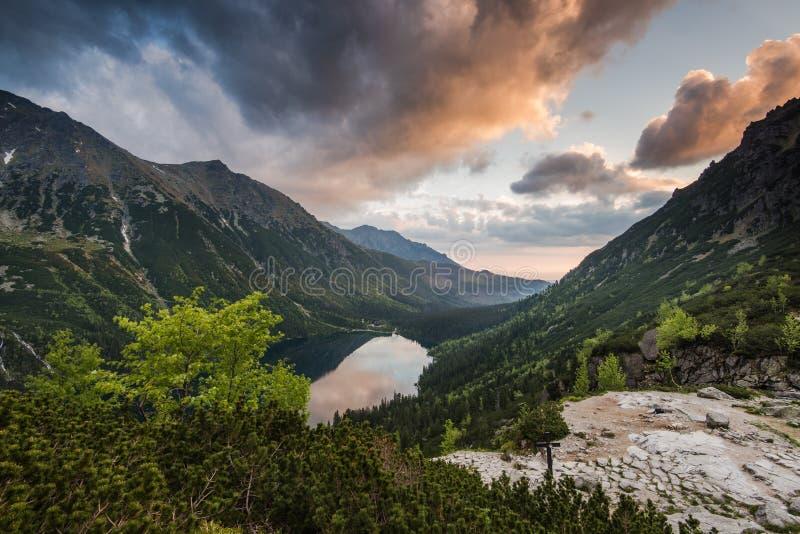 Salida del sol imponente sobre el lago del apline en las montañas Polonia de Tatra fotografía de archivo libre de regalías