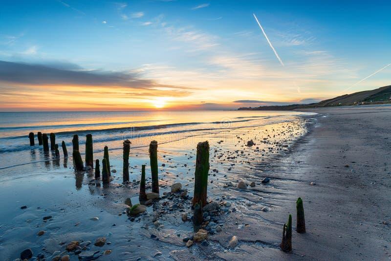 Salida del sol imponente sobre la playa de Sandsend fotos de archivo