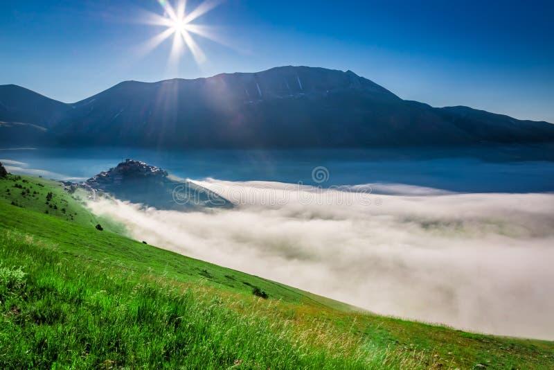 Salida del sol impresionante en el Castelluccio, Umbría fotografía de archivo