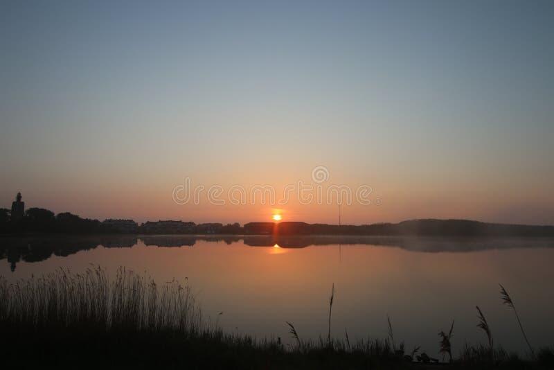 Salida del sol impresionante y anaranjada foto de archivo