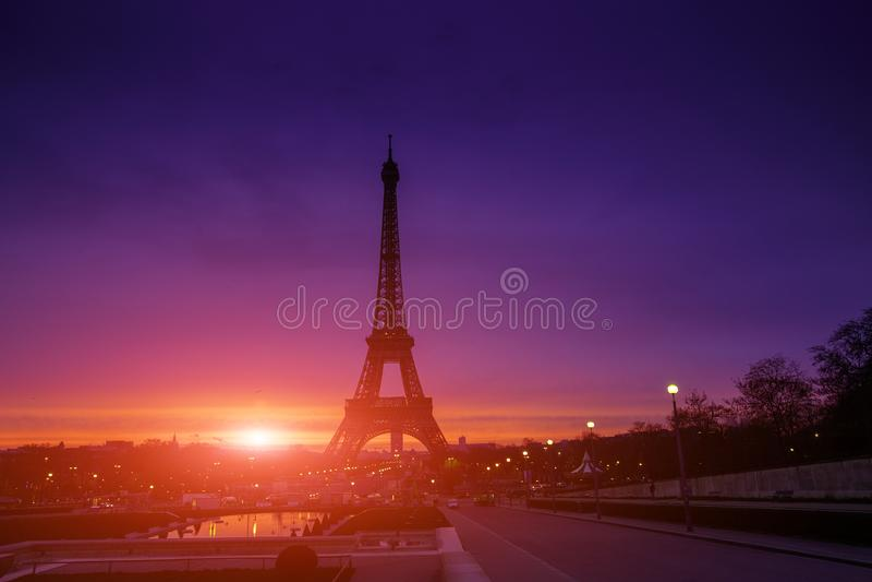 Salida del sol increíble impresionante de la rosado-anaranjado-lila Opinión Eiffel foto de archivo libre de regalías