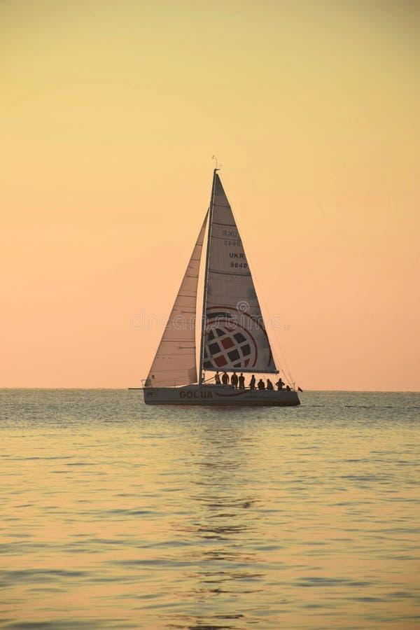 Salida del sol increíble que pasa por alto el Mar Negro imagenes de archivo