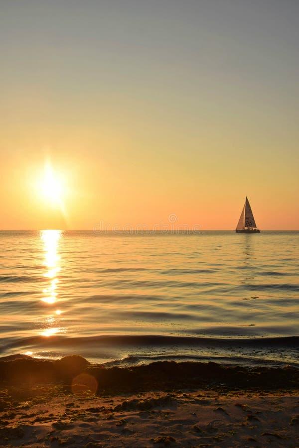 Salida del sol increíble que pasa por alto el Mar Negro fotos de archivo libres de regalías