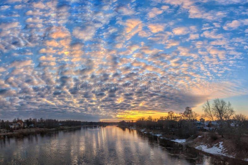 Salida del sol incre?blemente hermosa con las nubes de la belleza incre?ble sobre un r?o ancho foto de archivo libre de regalías