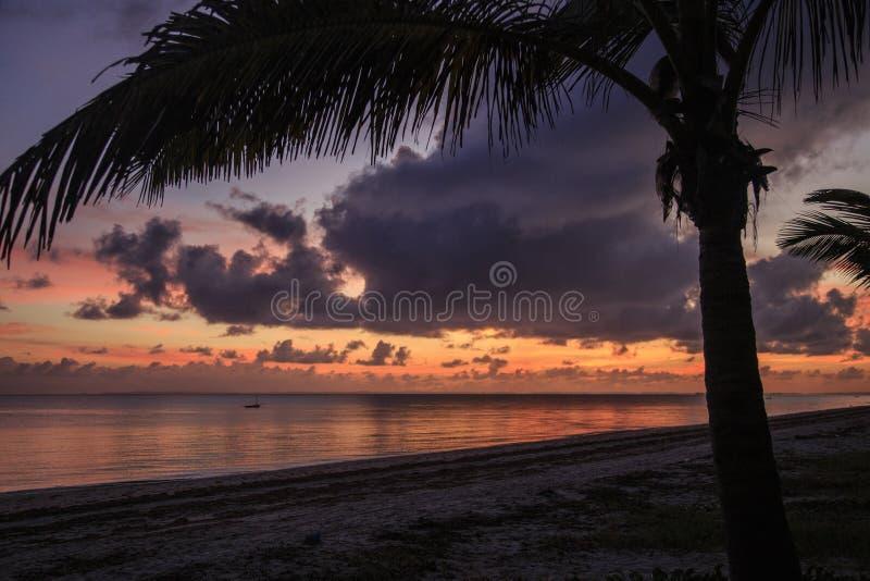 Salida del sol - Inhassoro - Mozambique imagen de archivo