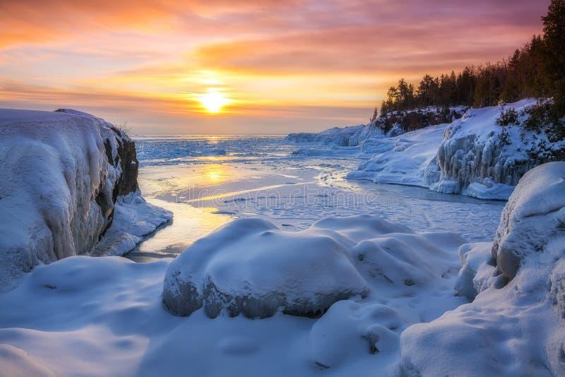 Salida del sol del invierno en el parque de la isla de Presque, Marquette Michigan fotos de archivo libres de regalías