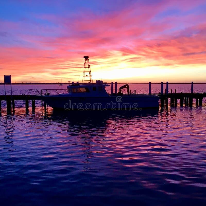Salida del sol del invierno en el puerto Albert, Victoria, Australia foto de archivo
