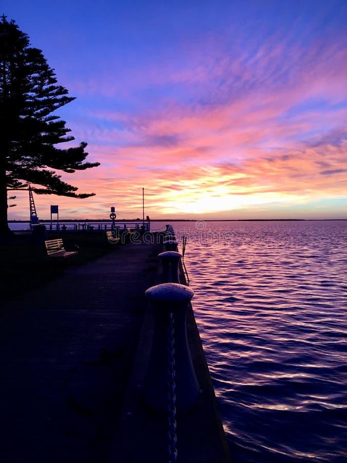 Salida del sol del invierno en el puerto Albert, Victoria, Australia imagenes de archivo