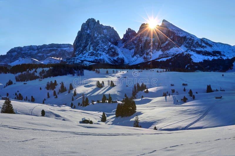 Salida del sol del invierno sobre Alpe di Siusi con la opinión sobre Sassolungo y Sassopiatto, dolomías, Italia fotografía de archivo libre de regalías