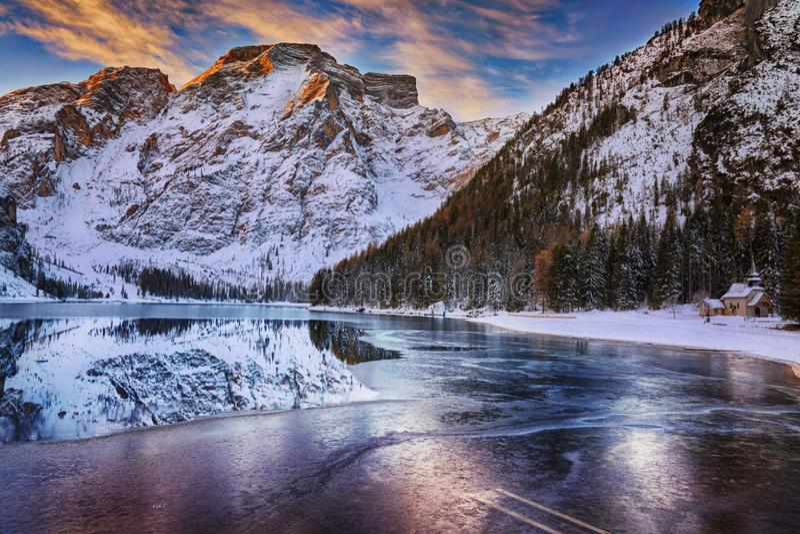 Salida del sol del invierno sobre Lago di Braies, dolomías, Italia fotografía de archivo