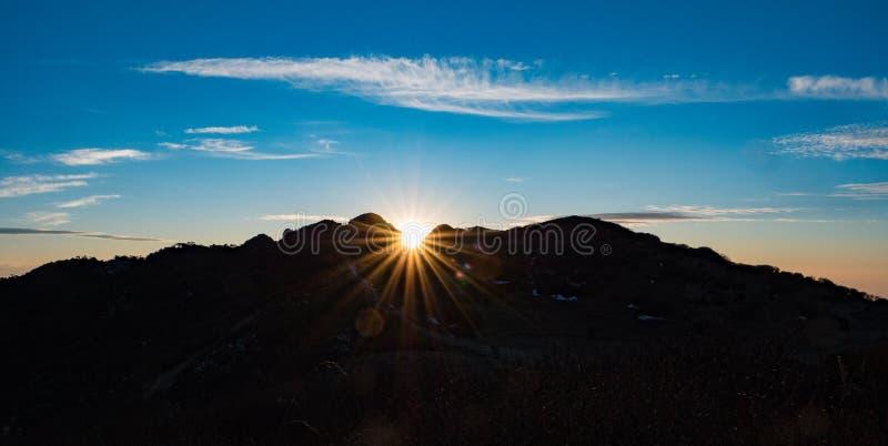 Salida del sol la India de la silueta del acantilado de la montaña imagen de archivo