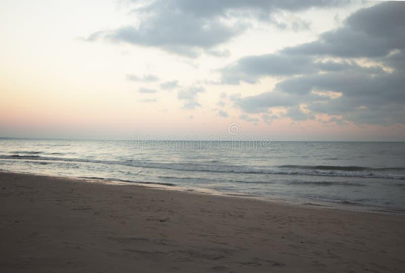 Salida del sol del lago Michigan en la orilla del norte de Chicago fotografía de archivo