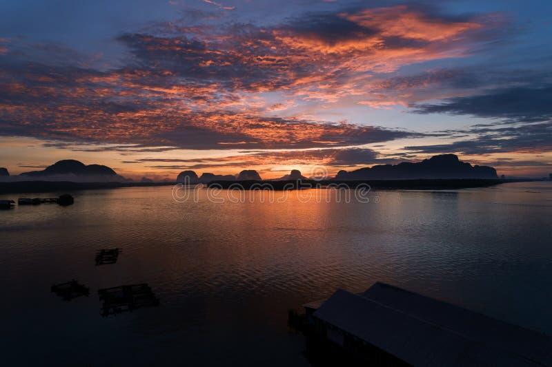 Salida del sol ligera hermosa por la mañana en la prohibición Sam Chong Tai Vill imagenes de archivo
