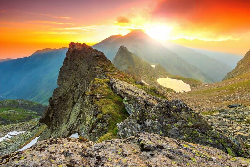 Salida del sol mágica en las altas montañas, Fagaras, Cárpatos, Transilvania, Rumania foto de archivo