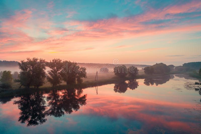 Salida del sol mágica sobre el lago fotografía de archivo