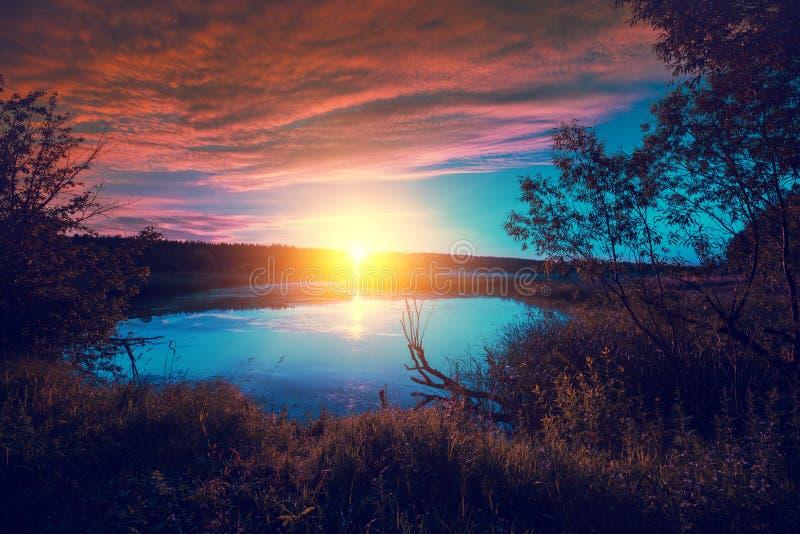 Salida del sol mágica sobre el lago fotografía de archivo libre de regalías