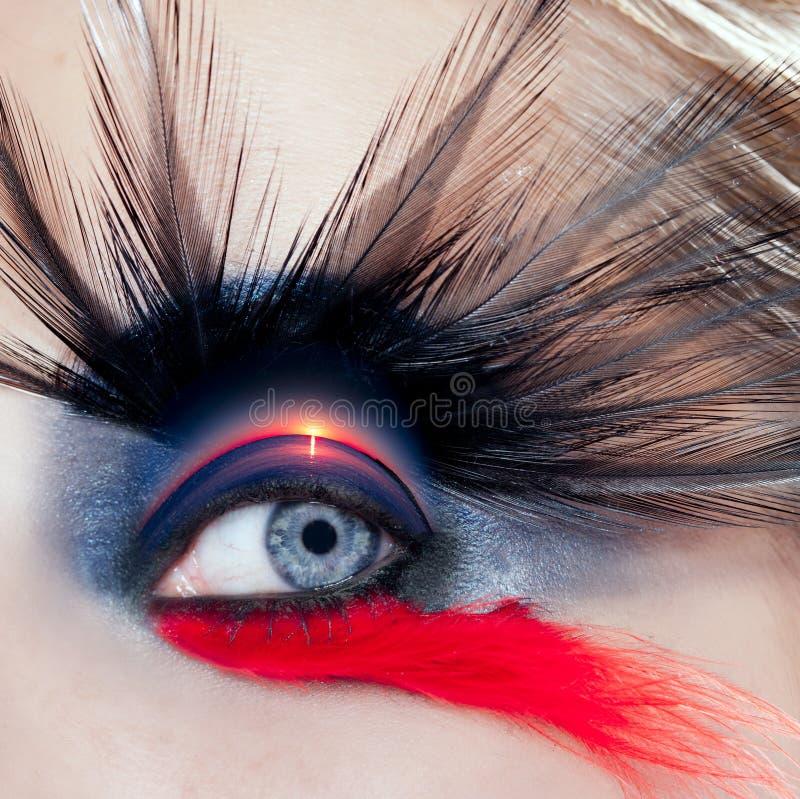 Salida del sol macra de la playa del pájaro de la mujer del maquillaje negro del ojo imagenes de archivo