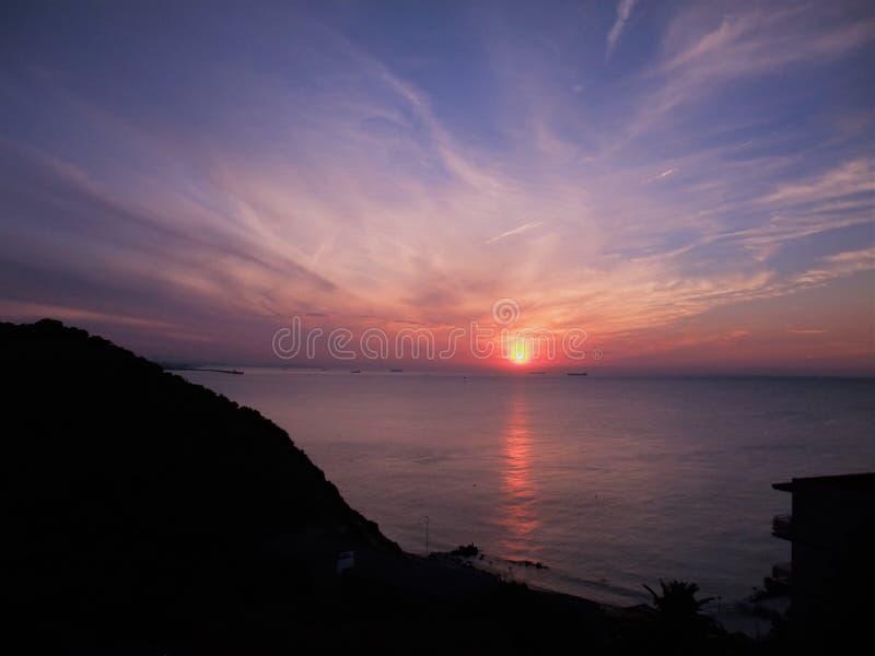 Salida del sol magnífica sobre el cabo Salou España fotografía de archivo