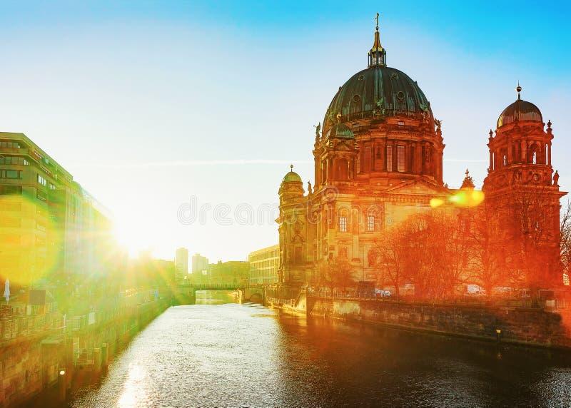 Salida del sol maravillosa en el berlinés Dom Cathedral en Berlín imágenes de archivo libres de regalías