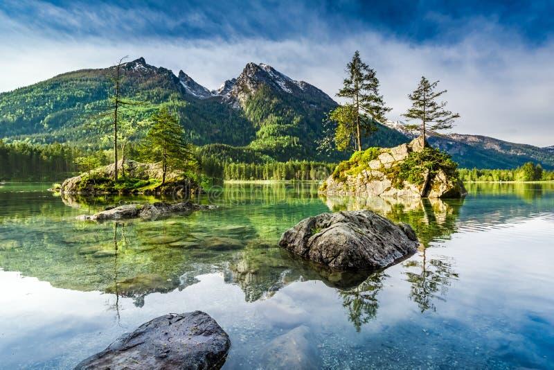 Salida del sol maravillosa en el lago Hintersee en las montañas, Alemania, Europa fotos de archivo libres de regalías