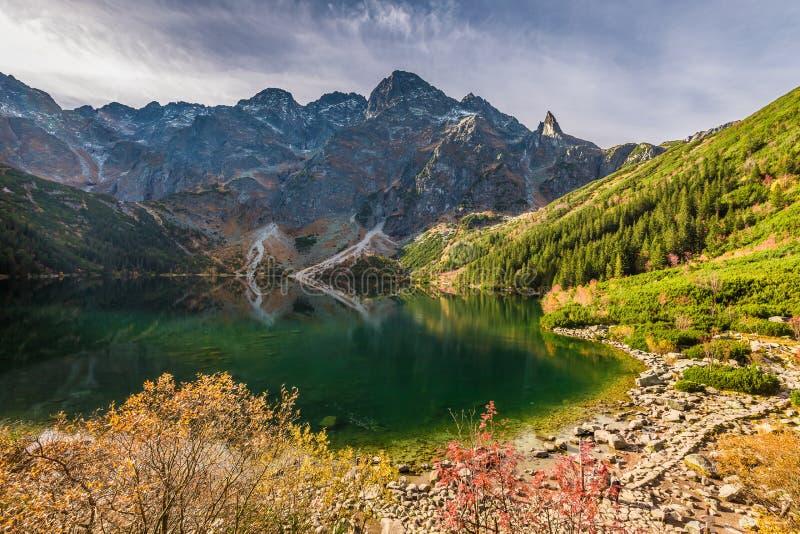 Salida del sol maravillosa en el lago en el Tatras en el otoño, Polonia fotografía de archivo libre de regalías