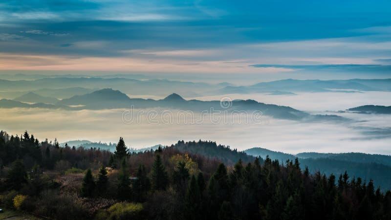 Salida del sol maravillosa en las montañas en otoño, Polonia de Tatra imagen de archivo libre de regalías