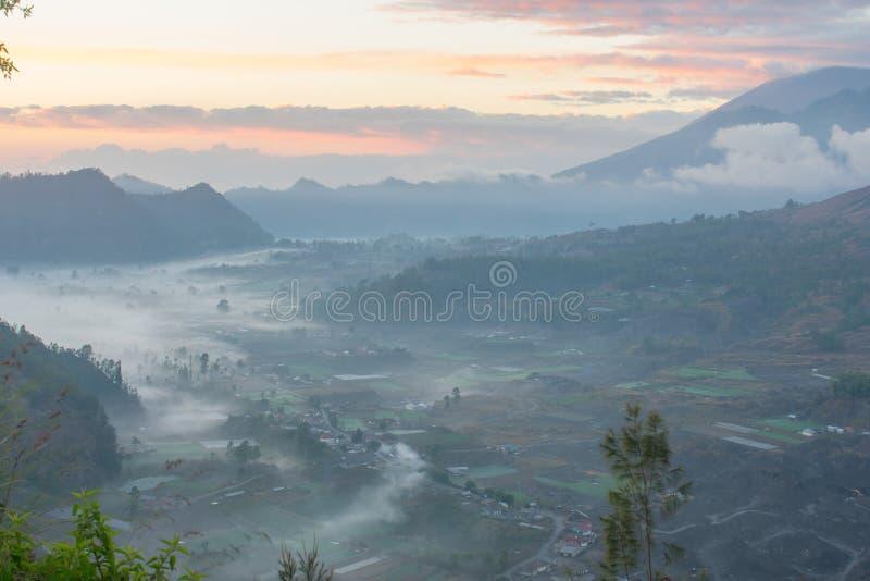 Salida del sol maravillosa en Pinggan Kintamani Bali fotos de archivo