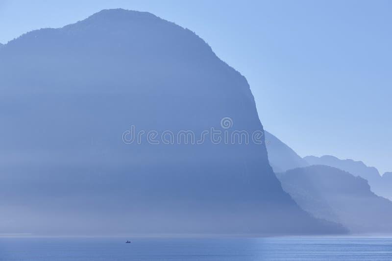 Salida del sol noruega del paisaje del fiordo en tono azul Solitud de Fisheman fotografía de archivo libre de regalías