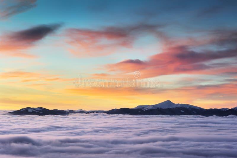 Salida del sol nublada en las montañas cárpatas del invierno - 2 fotos de archivo libres de regalías