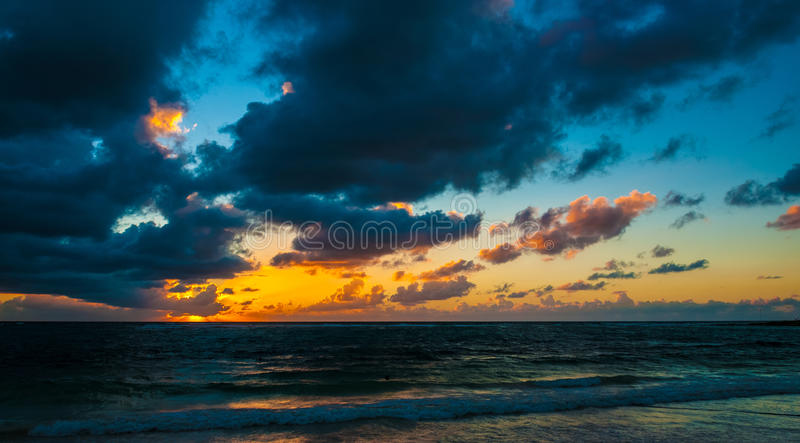 Salida del sol nublada sobre el mar del Caribe imagen de archivo