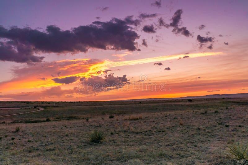 Salida del sol o puesta del sol del desierto foto de archivo libre de regalías