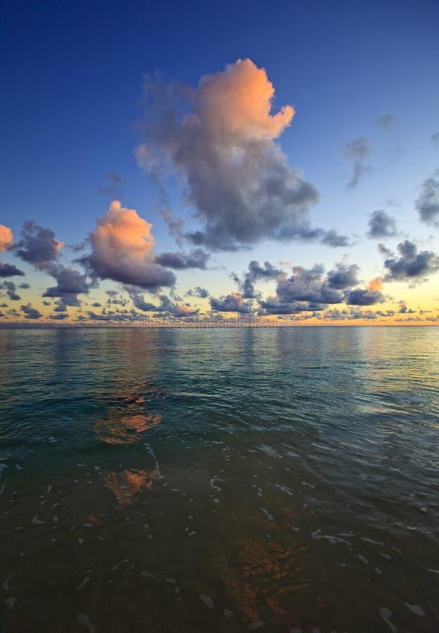Salida del sol pacífica en la playa del lanikai, Hawaii imagen de archivo libre de regalías