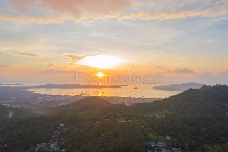 salida del sol del paisaje en el mar de Chalong fotografía de archivo