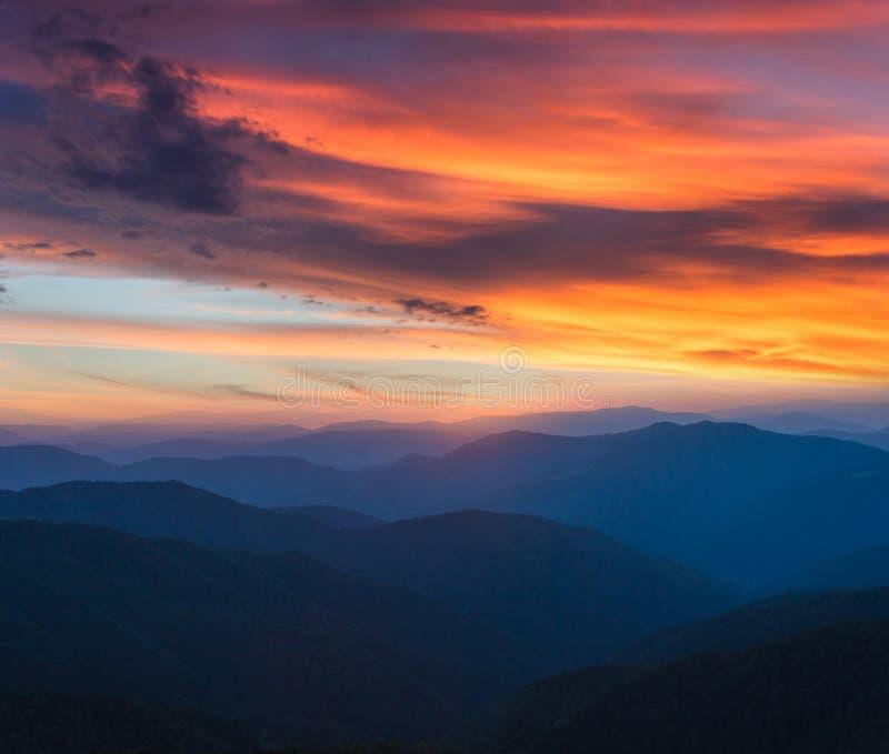 Salida del sol panorámica colorida en el paisaje de las montañas Cielo dramático de la mañana foto de archivo