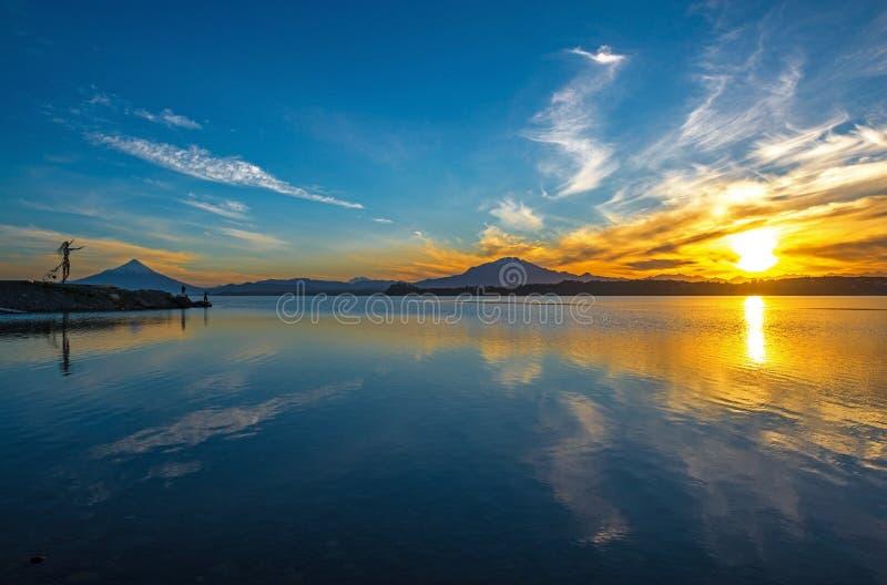 Salida del sol por el lago Llanquihue, Puerto Varas, Chile fotos de archivo libres de regalías