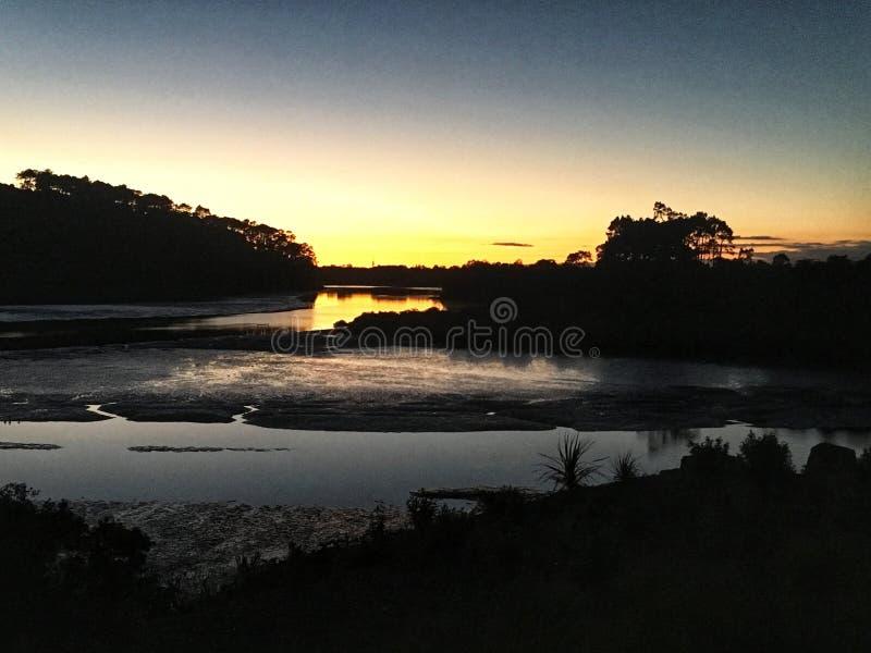 Salida del sol por la orilla en Auckland fotografía de archivo libre de regalías