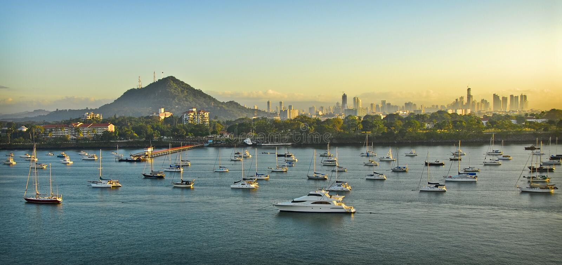 Salida del sol, puerto del bote pequeño de Panama City, Panamá