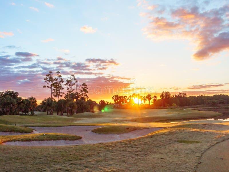 Salida del sol/puesta del sol del campo de golf en la Florida fotos de archivo