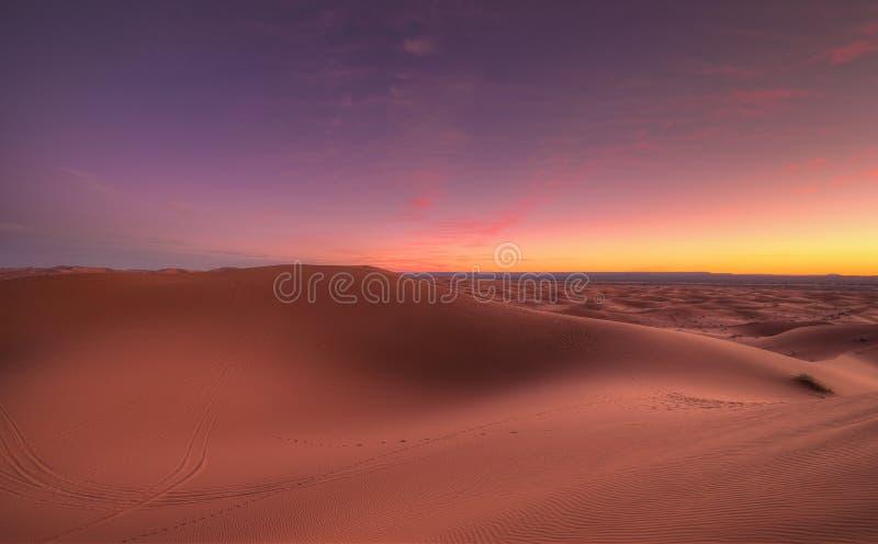 Salida del sol que sorprende sobre el ergio Chebbi de las dunas en el desierto del Sáhara cerca de Merzouga, Marruecos, África El imagen de archivo