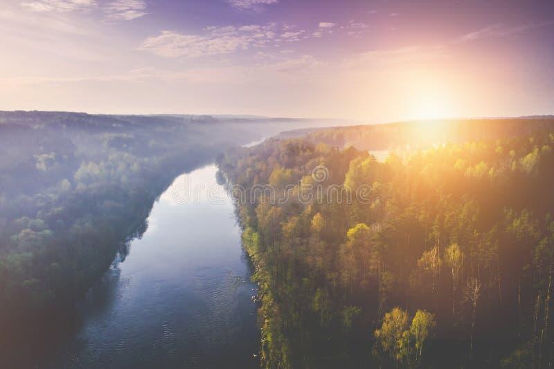 Salida del sol que sorprende sobre el río, foto aérea imagenes de archivo